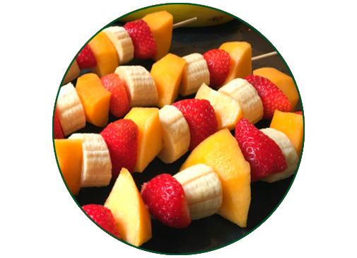 Brochetas de frutas variadas